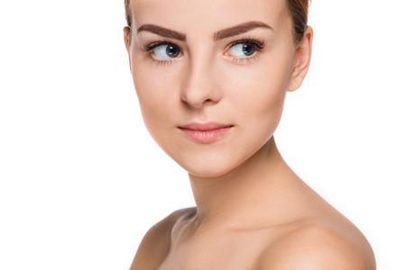 Bello fronte di giovane donna con pelle pulita fresca vicino isolato su bianco. Ritratto di bellezza. Perfect Skin fresca. Modello di bellezza allo stato puro. Giovani e cura della pelle Concetto