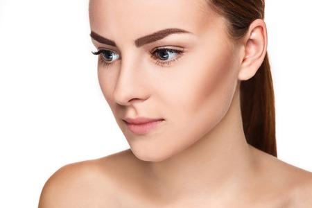 Beau visage de jeune femme à la peau douce propre bouchent isolé sur blanc. Portrait de beauté. Peau fraîche parfaite. Modèle de beauté pure. Concept de soins de la peau et de la jeunesse