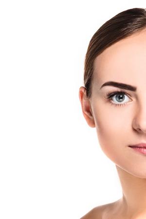 Hermoso rostro de mujer joven con la piel limpia fresca de cerca aislado en blanco. Retrato de belleza. Piel fresca perfecta. Pura belleza del modelo. Juventud y Cuidado de la piel Concept Foto de archivo