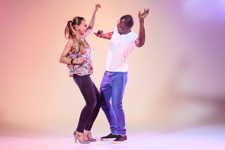 junge nackte m�dchen: Young couple dances social Caribbean Salsa, studio shot on lilac background. Positive human emotions. The black african and caucasian models