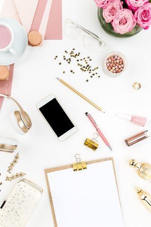 psací stůl: Zátiší z módy ženy, pohled shora móda žena objektů na bílém. Pojem ženské maketě Reklamní fotografie