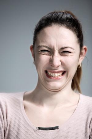 desprecio: El retrato de la mujer de disgusto en gris