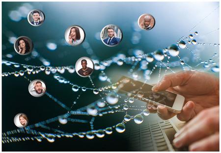 Hand houden van moderne mobiele telefoon en web abonnees. Social media concept Stockfoto