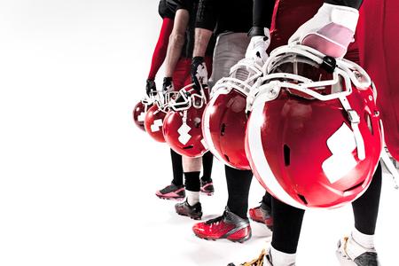 jugando futbol: Las manos de cinco jugadores de fútbol americano con el casco en el fondo blanco