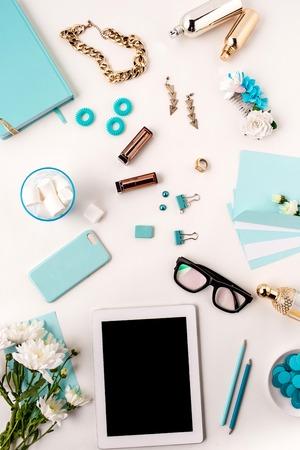 Stilleven van mode vrouw, bovenaanzicht van de blauwe mode vrouw objecten op wit. Concept van de vrouwelijke mockup Stockfoto