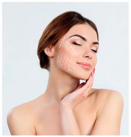 La mujer joven con la piel limpia y fresca, antienvejecimiento y el concepto de elevación hilo Foto de archivo