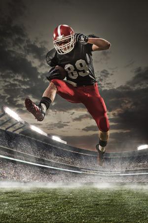 Le joueur de football américain en action dans le stade Banque d'images - 55035551