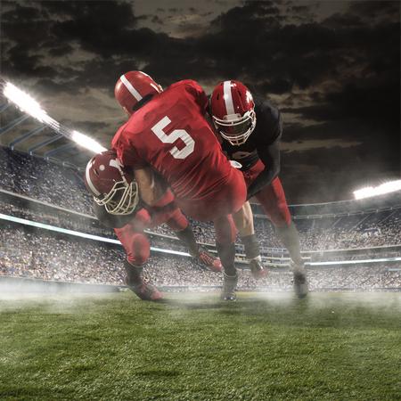 jugadores de futbol: Los jugadores de fútbol americano de la acción en el estadio