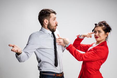 재미있는 비즈니스 남자와 여자는 회색 배경에 통신.