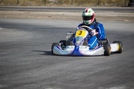 ゴーカート - ヘルメット ・ カート ・ サーキット走行でのドライバー