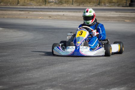 Karting - bestuurder in de helm rijden op kart circuit