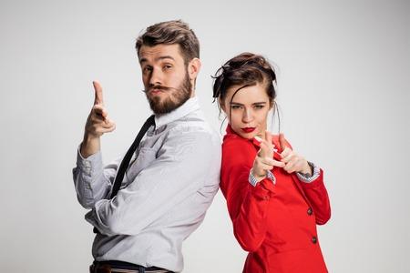 El hombre de negocios militante y mujer sobre un fondo gris