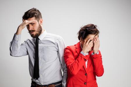 cerrando negocio: El hombre de negocios y una mujer en un fondo gris cerrar los ojos