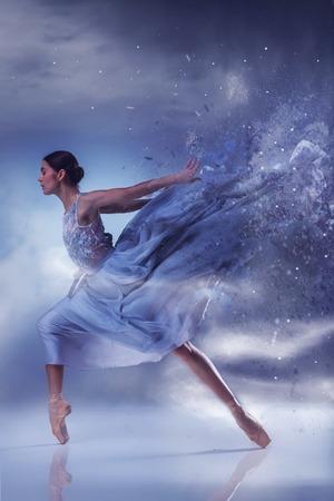 Die schöne Ballerina tanzen in langen lila Kleid auf lila Hintergrund