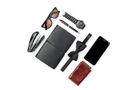 Bodegón de hombre casual. Accesorios masculinos modernos en el fondo blanco Foto de archivo - 63950535