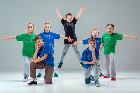 아이들은 회색 스튜디오 배경에 학교, 발레, 힙합, 거리, 펑키하고 현대 무용수 댄스