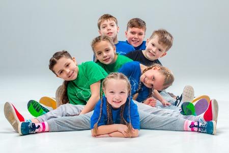 Die Kinder tanzen Schule, Ballett, Hip-Hop, Street, funky und moderne Tänzer auf grauem Hintergrund Studio Standard-Bild - 67742150