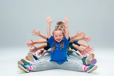 Les enfants école de danse, ballet, hiphop, rue, funky et danseurs modernes sur le gris studio de fond