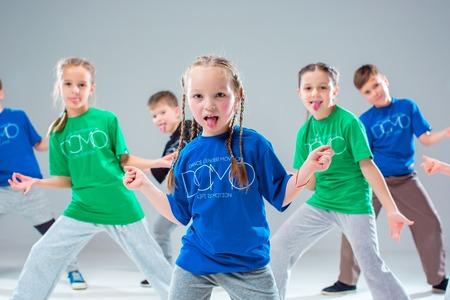 子供ダンス教室、バレエ、ヒップホップ、灰色のスタジオの背景の通り、ファンキーな近代的なダンサー