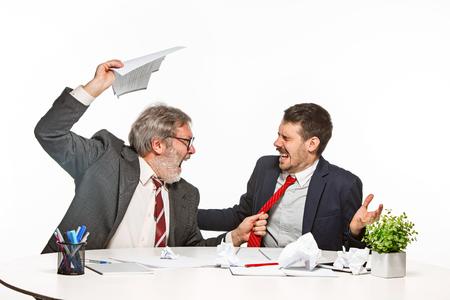 흰색 배경에 사무실에서 함께 작동하는 두 명의 동료.