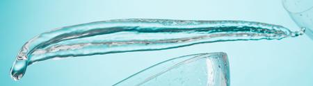 青に分離された水のしぶき 写真素材