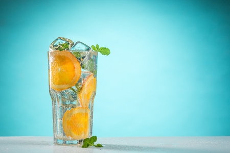De roos exotische cocktail en fruit op blauw Stockfoto