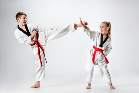 Le studio, coup, groupe de formation pour les enfants de karaté arts martiaux Banque d'images