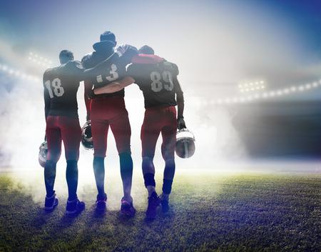 De drie Amerikaanse voetballers op op stadionachtergrond
