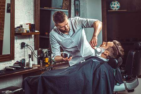 流行に敏感なクライアント訪問理髪店 写真素材 - 76957000