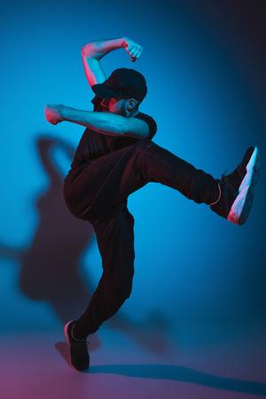 カラフルな背景の上でダンス 1 つのヒップホップ男性ブレーク ダンサーのシルエット 写真素材