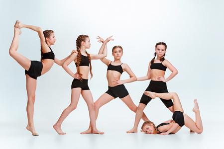 子供ダンス教室、バレエ、ヒップホップ、ストリート、ファンキーな現代のダンサー 写真素材