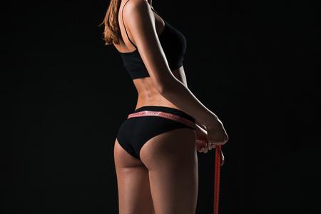 De fit vrouw meet perfecte vorm van mooi lichaam. Gezond levensstijl concept Stockfoto