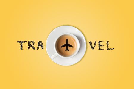 旅行の概念。空港のコーヒー カップ。トップ ビュー
