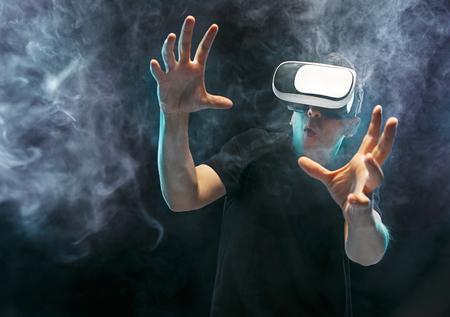 De man met een bril virtuele realiteit. Toekomstig technologisch concept.