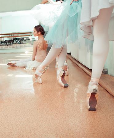Las siete bailarinas en la barra de ballet Foto de archivo - 80683845