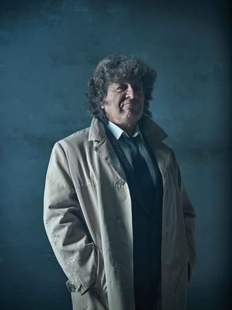 探偵または灰色のスタジオの背景にマフィアのボスとして年配の男性 写真素材 - 80683850