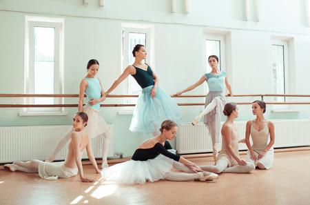 Las siete bailarinas en la barra de ballet Foto de archivo - 80683858