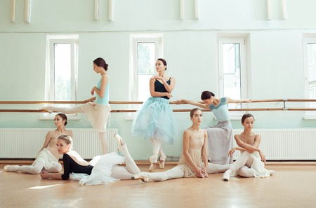 발레 바에있는 7 명의 발레리나