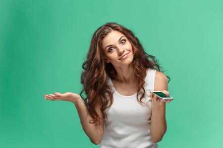Retrato de mujer joven con la expresión facial conmocionado