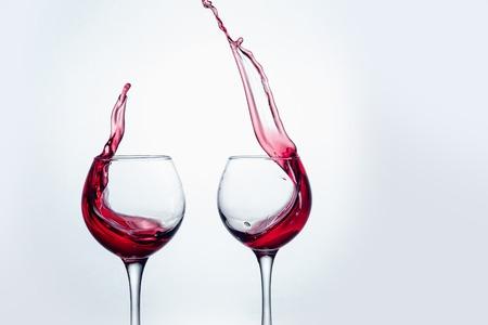 大きな水しぶきでジェスチャーを焼くことで二つのワイングラス。 写真素材 - 80919701