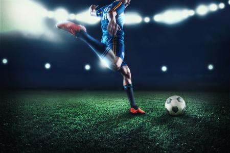 De actieve speler van voetbal bij stadion in beweging