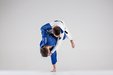 De twee judokasvechters vechten mannen