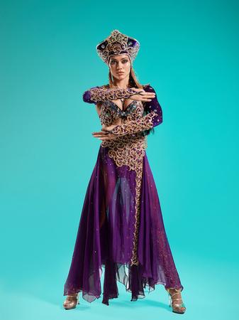 De mooie sexy stijlvolle brunette jonge vrouw als Cleopatra