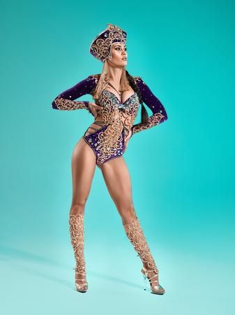 De mooie sexy stijlvolle brunette jonge vrouw als Cleopatra Stockfoto - 81074084