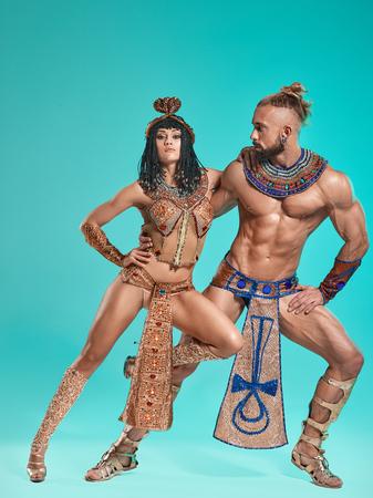 De man, vrouw in de beelden van de Egyptische farao en Cleopatra