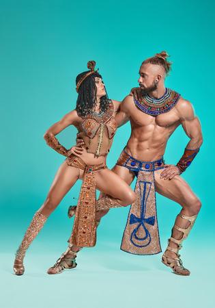 El hombre, mujer en las imágenes del faraón egipcio y Cleopatra Foto de archivo - 81142602