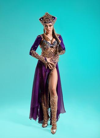 Cleopatra로 아름다운 섹시한 갈색 머리 젊은 여자 스톡 콘텐츠 - 81142854