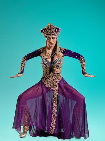 Cleopatra로 아름다운 섹시한 갈색 머리 젊은 여자 스톡 콘텐츠