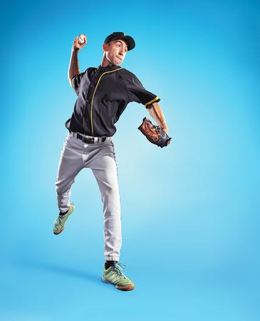 L & # 39 ; uomo caucasico come giocatore di baseball che gioca contro il cielo blu