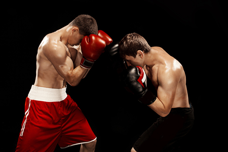 Twee professionele bokser boksen op zwarte achtergrond, Stockfoto
